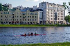 圣彼得堡,俄罗斯- 2014年5月21日:一艘皮船的树人在Fontanka河,晴天 免版税库存照片