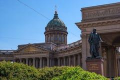 圣彼得堡,俄罗斯- 2017年6月17日:喀山大教堂 在前景对巴克来de Tolly的纪念碑 在 免版税库存照片