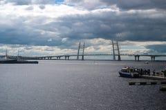 圣彼得堡,俄罗斯- 2017年7月02日:国际海军沙龙 访客在小船乘驾去在Ko的缆绳被停留的桥梁 免版税库存照片