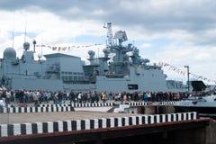 圣彼得堡,俄罗斯- 2017年7月02日:国际海军沙龙 转动最新的俄国大型驱逐舰海军上将毛考的访客 库存照片