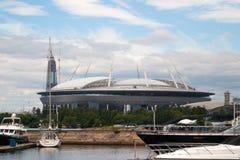 圣彼得堡,俄罗斯- 2017年7月08日:在Krestovsky海岛和摩天大楼Lahta的建筑上的新的橄榄球场 库存图片