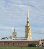 圣彼得堡,俄罗斯2016年9月12日:大教堂的钟楼的看法 彼得和保罗堡垒在圣彼德堡, R 免版税库存照片