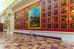 圣彼得堡,俄罗斯- 2014年7月27日:学生女孩开会我 免版税库存图片