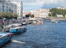 圣彼得堡,俄罗斯2016年9月10日:小船在Fontanka河的堤防停泊了在圣彼德堡,俄罗斯 库存图片