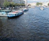 圣彼得堡,俄罗斯2016年9月10日:小船在Fontanka河的堤防停泊了在圣彼德堡,俄罗斯 库存照片