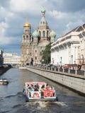 圣彼得堡,俄罗斯2016年9月08日:有游人的小船救主的教会的bloodin的圣彼德堡,俄罗斯 库存照片