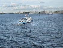 圣彼得堡,俄罗斯2016年9月10日:有游人的游览小船在内娃河漂浮在圣彼德堡,俄罗斯 库存图片