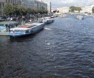 圣彼得堡,俄罗斯2016年9月10日:游览船在Fontanka河  从Anichkov桥梁的看法在圣彼得 免版税库存照片
