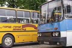 圣彼得堡,俄罗斯2016年9月17日:站立在公共汽车站公共汽车 图库摄影