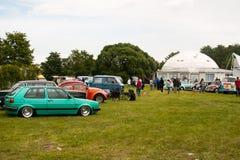 圣彼得堡,俄罗斯- 2017年7月08日:老大众汽车Bughouse费斯特节日2017年 参观陈列的观众 免版税库存照片