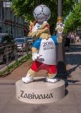 圣彼得堡,俄罗斯- 2017年6月17日:联合会杯赛崽Zabivaka的标志 库存图片