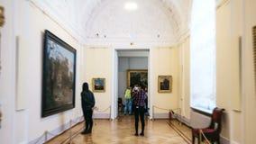 圣彼得堡,俄罗斯- 2016年10月12日:Hyperlapse投掷埃尔米塔日博物馆大厦和大厅  股票视频