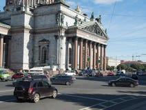 圣彼得堡,俄罗斯2016年9月12日:St在圣以撒的Cathedralin圣彼德堡,俄罗斯前面的汽车通行 免版税库存图片