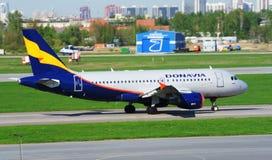圣彼得堡,俄罗斯- 5月10 :乘出租车在跑道的飞机航空公司DONAVIA 库存照片