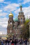 圣彼得堡,俄罗斯- MAI 10日2014年:在教会前面的走的人Spilled血液的救主 库存照片