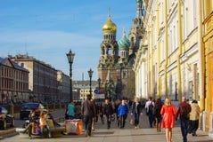 圣彼得堡,俄罗斯- MAI 10日2014年:在教会前面的走的人Spilled血液的救主 库存图片