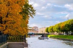 圣彼得堡,有旅游游船的俄罗斯城市风景在Moika河 免版税图库摄影