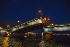 圣彼得堡,跨接桥梁在晚上,在内娃河的吊桥在不眠夜里 库存图片