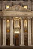 圣彼得大教堂入口在罗马 背景大教堂bernini城市喷泉彼得・罗马s方形st梵蒂冈 意大利 免版税库存图片