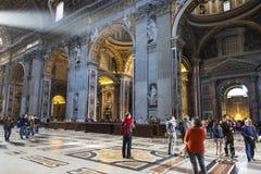 圣彼得大教堂内部2014年5月5日的在梵蒂冈 库存图片
