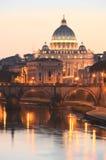 圣彼得大教堂美丽如画的风景在台伯河的在罗马,意大利 库存照片