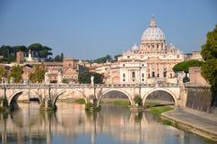 圣彼得大教堂美丽如画的风景在台伯河的在罗马,意大利 免版税库存照片