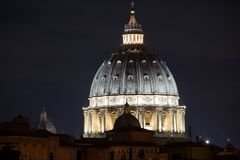 圣彼得大教堂,罗马,意大利在晚上 免版税库存图片