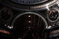 圣彼得,梵蒂冈大教堂的内部  免版税库存图片