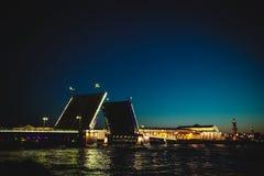 圣彼德堡不眠夜的经典标志-开放宫殿桥梁的一个浪漫看法 库存照片