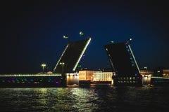 圣彼德堡不眠夜的经典标志-开放宫殿桥梁的一个浪漫看法 库存图片