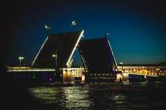 圣彼德堡不眠夜的经典标志-开放宫殿桥梁的一个浪漫看法 免版税库存图片
