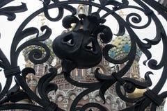 圣彼德堡俄罗斯,救主的教会通过Mikhailovsky庭院公园锻铁门被观看的Spilled血液的  免版税库存照片