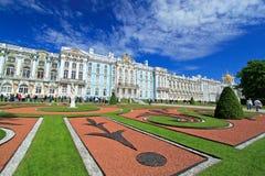 圣彼德堡俄罗斯- June10 2012年-排队在凯瑟琳宫殿前面的游人 库存图片