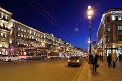 圣彼德堡在夜之前,当照亮在晚上 库存图片