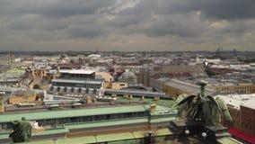 圣彼德堡大厦从圣以撒` s大教堂柱廊的  股票录像