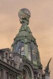圣彼德堡涅夫斯基远景 历史中心 书(Zinger)房子装饰玻璃塔  图库摄影