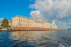 圣彼德堡科学院的大厦和Kunstkamera在Vasilevsky海岛上在圣彼德堡,俄罗斯 库存照片