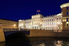 圣彼德堡立法会夜照明的 免版税库存图片