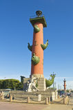 圣彼德堡,有船嘴装饰的专栏 免版税库存图片