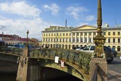 圣彼德堡,建筑师Armani和剧院桥梁房子  免版税图库摄影