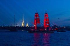 圣彼德堡,俄罗斯在排练的Tre Krunur每年庆祝学校的毕业在St的猩红色风帆 免版税库存图片