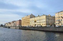 圣彼德堡,俄罗斯,没人10月, 25,2014,在堤防的汽车, Griboyedov运河在秋天 免版税库存照片