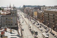 圣彼德堡,俄罗斯, 21 05 2018年:从屋顶的看法在与交通的Ligovsky Prospekt对南部的边 俄国 库存图片