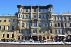 圣彼德堡,俄罗斯, 2018年2月, 27日 公寓在Griboyedov渠道堤防的第10在晴朗的冬日 bulblet 免版税图库摄影