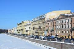 圣彼德堡,俄罗斯, 2018年2月, 27日 圣彼得堡,在Fontanka河的堤防的交通堵塞在冬天 后屿 免版税库存图片
