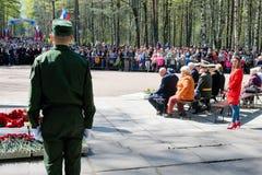 圣彼德堡,俄罗斯,2019年5月 一个小组退役军人为庆祝5月9日胜利天在城市公园 库存照片