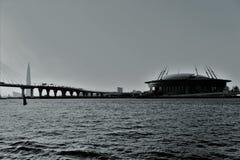 圣彼德堡,俄罗斯,2018年7月 从内娃河的看法缆绳被停留的桥梁和橄榄球场的 库存图片