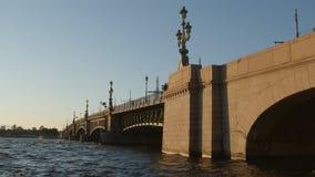 圣彼德堡,俄罗斯:内娃河和三位一体Troitsky桥梁在日落在夏天 股票视频