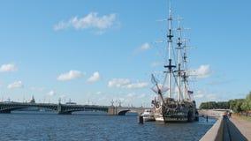 圣彼德堡,俄罗斯:在内娃河的三被上船桅的大型驱逐舰 免版税库存图片
