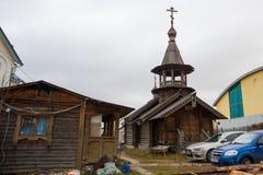 圣彼德堡,俄罗斯:有钟楼的木教堂和在圣洁St六翼天使Vyritsky的教会的被雕刻的门廊 免版税库存图片